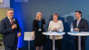 TUM-Präsident Prof. Herrmann begrüßt das Publikum zum Gespräch mit Kanzlerin Merkel (m.), Prof. Buyx (2.v.l.) und Prof. Haddadin (r.).