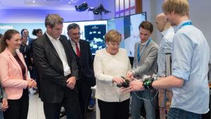 Das Team der Munich School of Robotics and Machine Intelligence führte bei der Besichtigung eine neue, KI-basierte Armprothese vor.